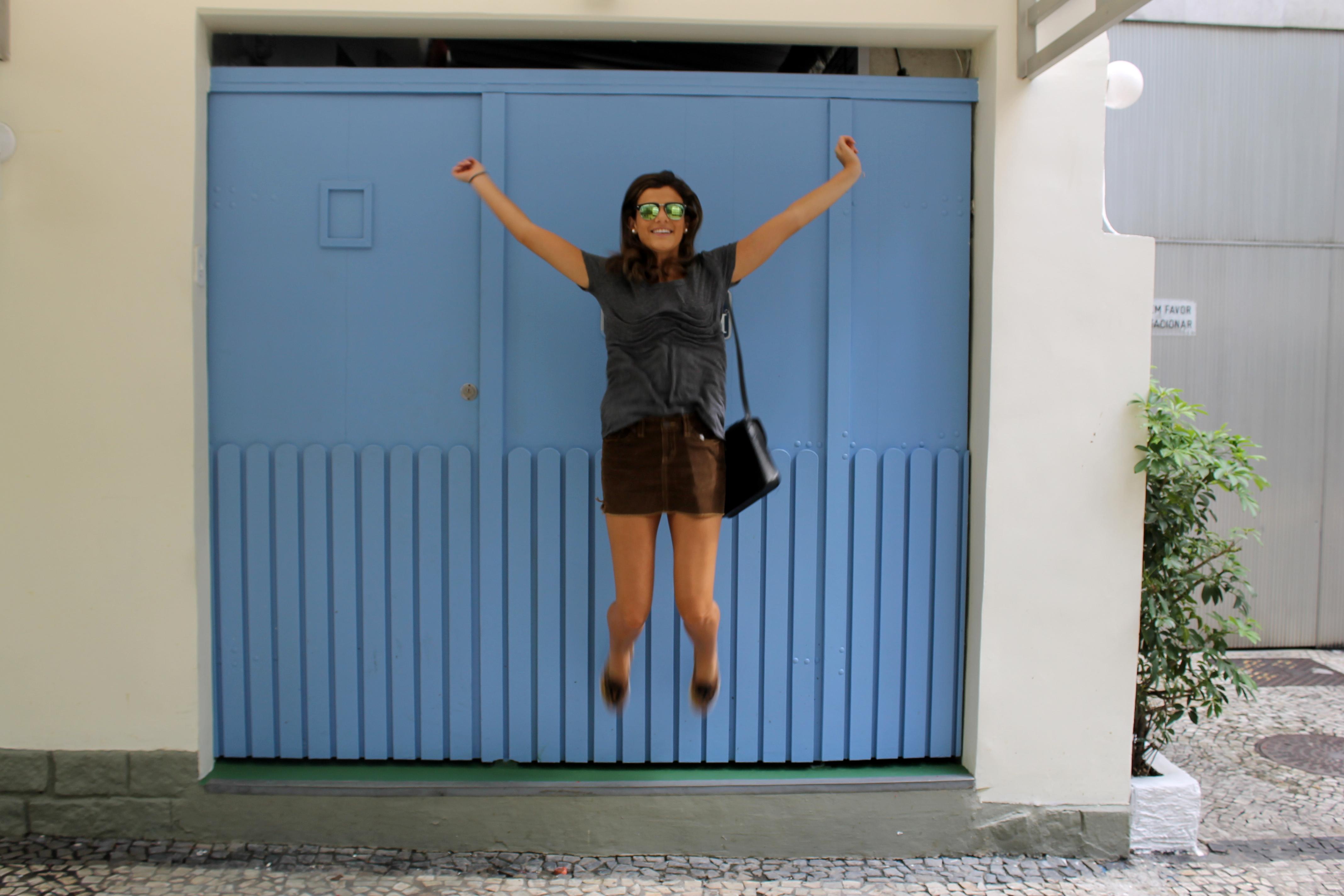 A saia é Aeropostale com blusa basicona que amo da Charlotte Russe, Tênis  Vans, bolsa H M (que já anda sozinha hahah) e óculos Aliexpress. b5494d88dc